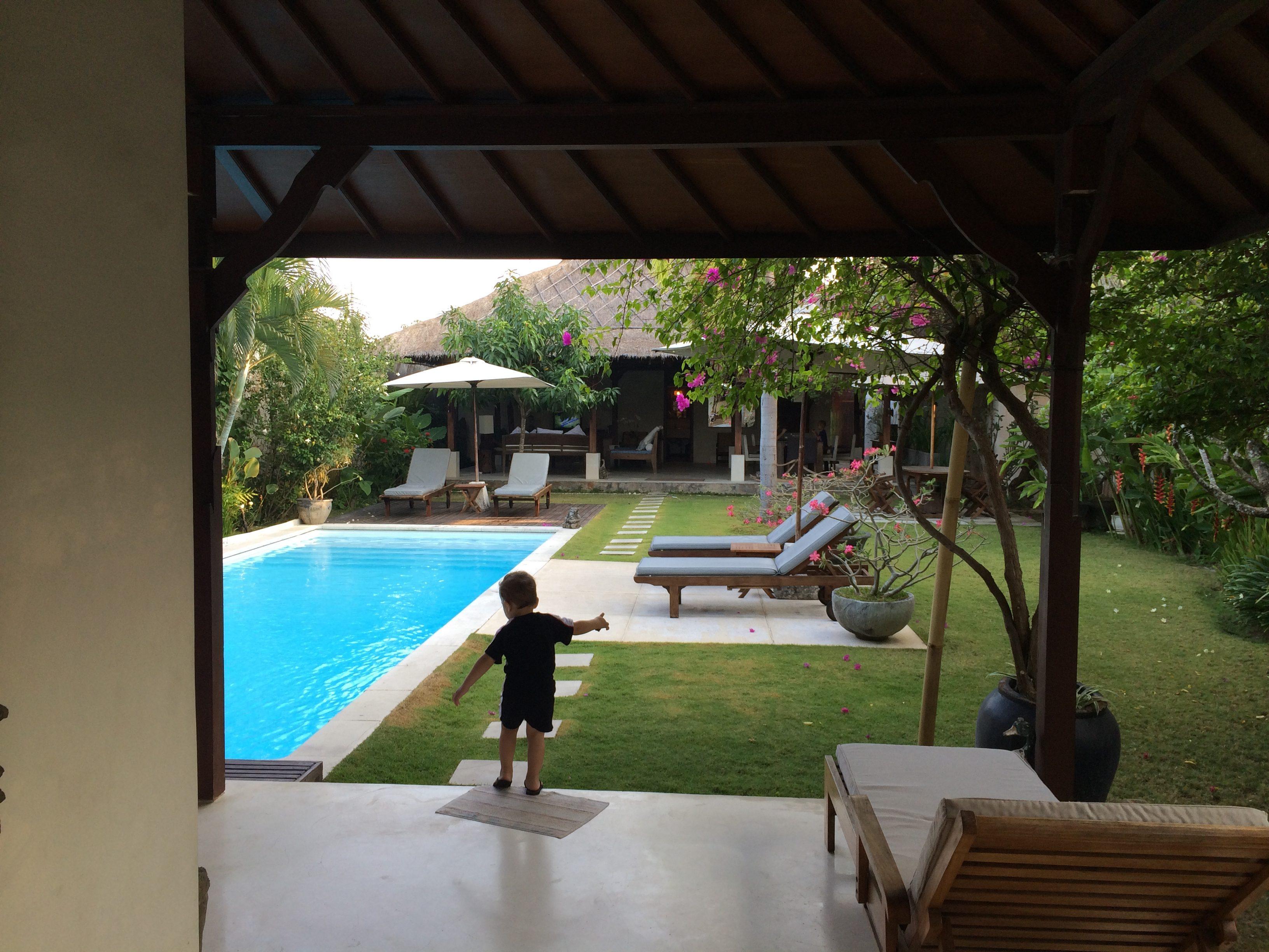 La villa côté coin jour - vue sur la piscine et le coin jour