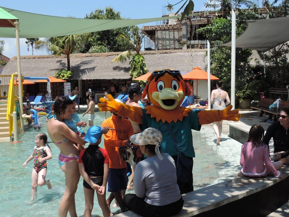 Les enfants au taquet avec la mascotte du parc; qui doit mourir de chaud !!!
